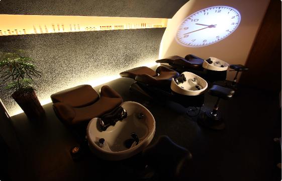寝心地にこだわったフルフラットのシャンプー台で極上のスパタイムを演出します。