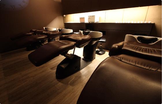 明かりを落とした落ち着いた空間で日々の疲れを癒し美髪に導きます。